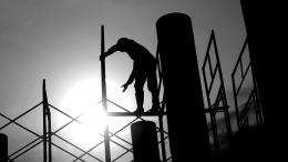 pracownik-na-budowie