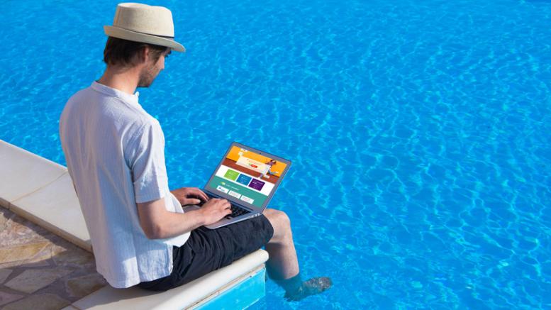 Homme en vacances avec un ordinateur